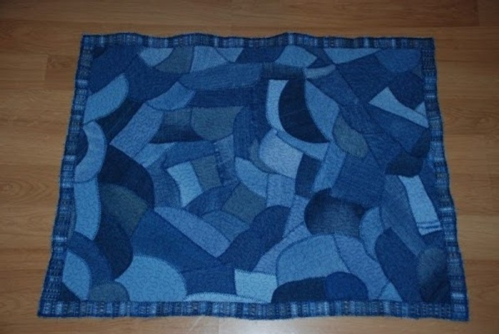Фото. Из остатков джинсы вышел коврик для ванной. Автор работы - Жанжень