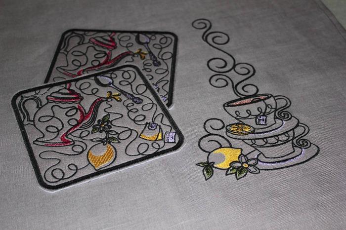Фото. Дорожка на стол и две подставки для чашек. Автор работы - Elena455