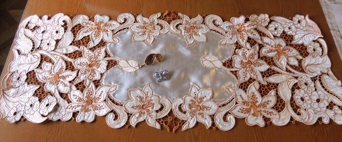 Фото. Дорожка. Ткань атлас. Дизайн Alinaline. Машинная вышивка.   Автор и работы - Nloshka