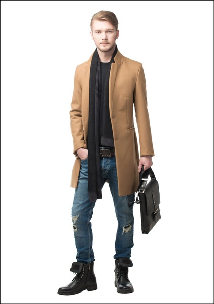 Комплект №2 . Пальто, футболка и джинсы – Zara. Шарф – Hugo Boss. Ботинки – «Респект-Рост». Сумка – «Снежная королева»