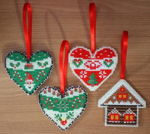 Фото. Из остатков пластиковой канвы новогодние игрушки на елку.  Автор работы - Botanichka