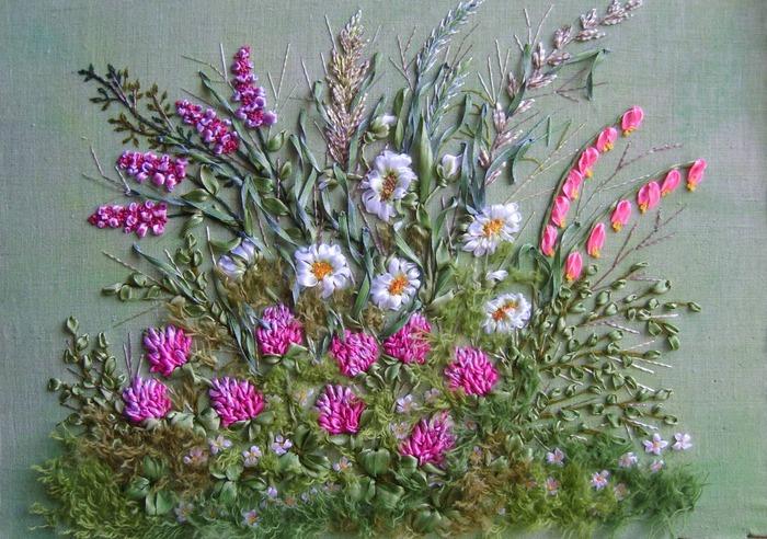 Фото. Полевые цветы на зеленом лугу. Вышивка лентами. Автор работы - babuliahak