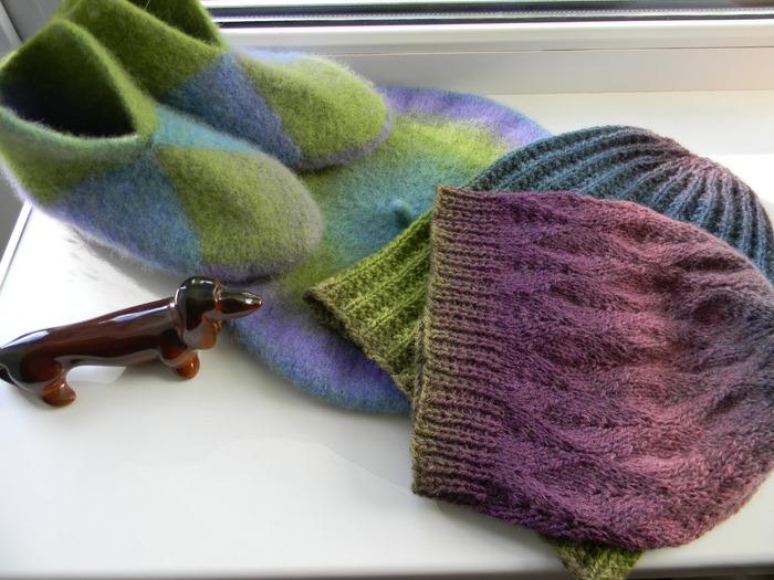 Фото. Очередные тапки и берет из Aade Long Lavender.   Автор работы - Lapsa