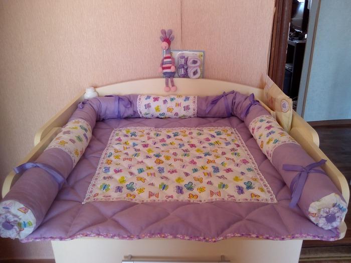 Фото. Подложка с ограничителями на пеленальный стол для новорожденной внучки. Ткань х/б, синтепон, х/б кружево, атласная, репсовая лента и простейшая стежка.