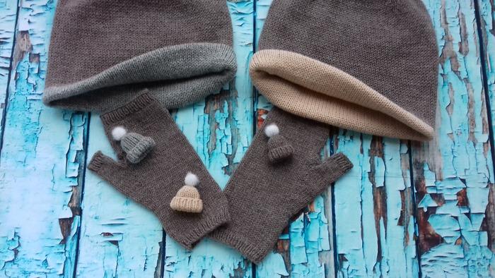 Фото. Комплект для семейной пары, две шапки-бини, митенки, и три крохотульки шапульки брошечки. Автор работы - Вязаная радуга