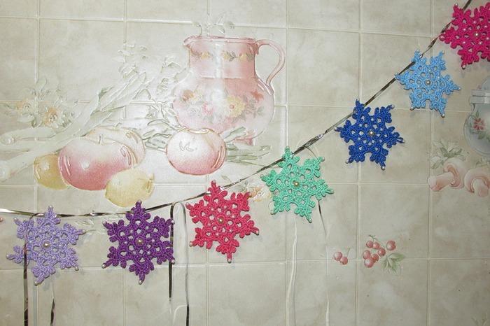 Фото. Гирляндочка из разноцветных снежинок.  Автор работы - KolosT