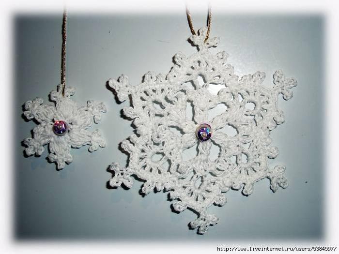 Фото. Снежинки крючком,  вышиты бисером и бусинами и накрахмалены. Автор работы - ХмельГа