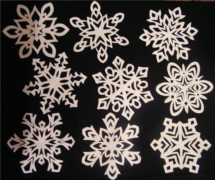 Фото. Снежинки такие разные. Вырезание из бумаги. Автор работы - Osenia