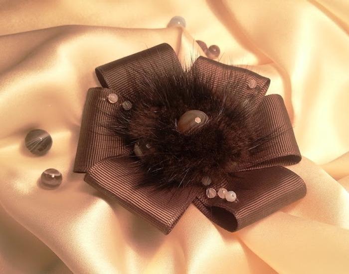 Фото. Декоративная лента, кусочки меха норки и натуральные камешки.  Автор работы - n77