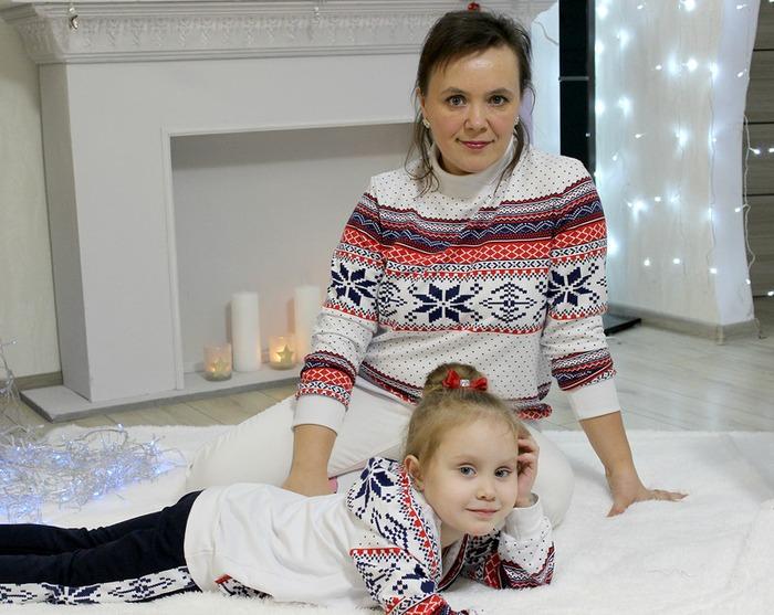 Фото. Фэмили-лук - костюм для дочки и свитшот для мамы. Автор работы - cvetok1977