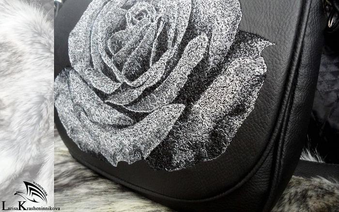 """Фото. К меховой сумочке сменный клапан и ремешок. Вышивка """"Роза"""".  Автор работы - LoraK"""