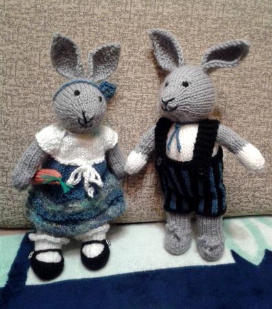 Фото. Вязаные зайцы для внучат.  Автор работы - Ольга Киевлянка