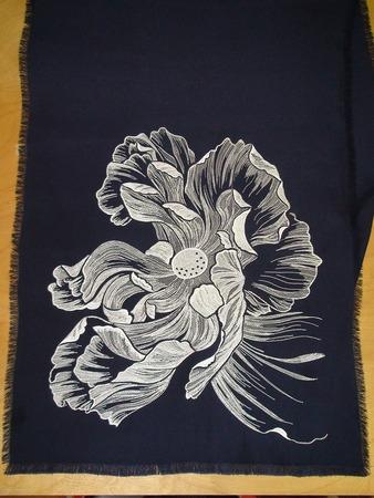 Фото. Большой белый цветок на шелковом палантине. Автор работы - Алла23