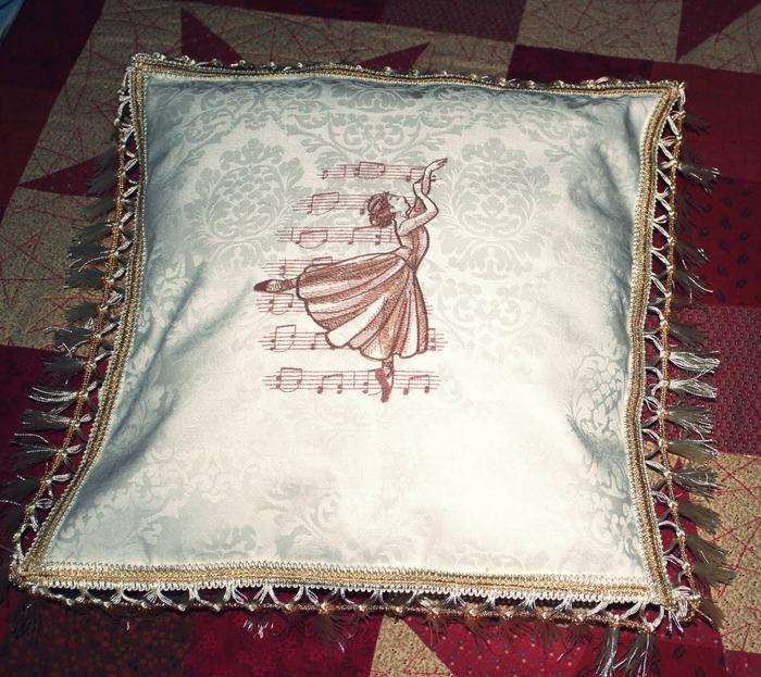 Фото. Подушка, машинная вышивка. Автор работы - Elena455