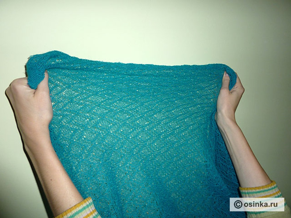 17. Приступаем к пошиву верхнего платья. Основой для выкраивания верхнего платья будет служить платье-основа. Объясню почему. Для пошива верхнего платья я использую ажурный, просвечивающий материал, поэтому никакие вытачки и массивные швы на нем недопустимы. При этом сильная растяжимость ткани в ширину позволяет достичь практически полного облегания изделия по фигуре без вытачек.