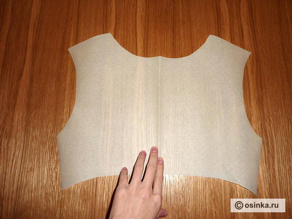 21. Отрезаем под грудью кальку, предварительно определив линию отрезного лифа/места наложения кружева.