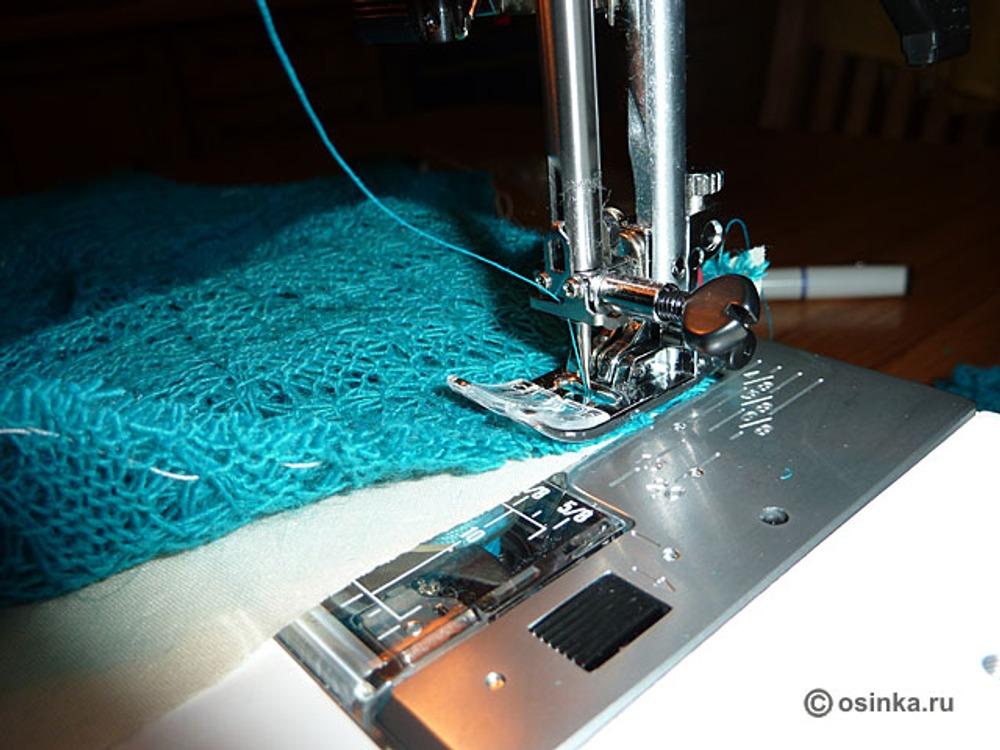 28. Обрабатываем боковые и плечевые швы косой бейкой, предварительно срезав лишние припуски не швы. (*Косая бейка подобрана в цвет платья-основы, чтобы не были видны швы через полупрозрачную ткань верхнего платья.) Заправляем в машинку нитки в цвет верхнего платья, т.к. этот шов будет основным, стачивающим переднее и заднее полотнище. Подкладываем косую бейку под сметанный шов, прокладываем строчку на расстоянии 5 мм от края.