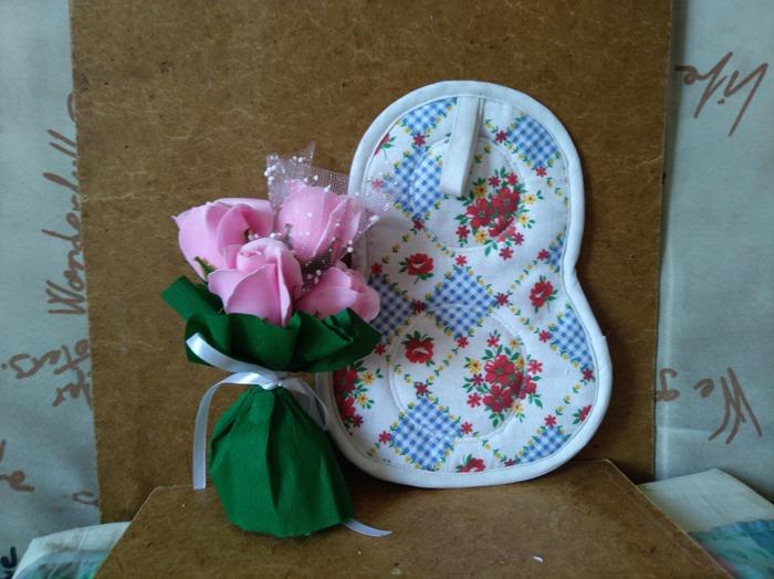 Фото. Подарочные прихватки и букетики из мыльных цветов.  Автор работы - Vlada04l
