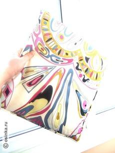 Фото 7. Это платок?.. или сумочка?.. может быть, декоративное панно?.. это шелковое… бархатное… бумажное?.. Даже если в комментарии есть ответы на эти вопросы, к сожалению, невелика вероятность, чтобы в вещь, сфотографированную таким образом, кто-то влюбится с первого взгляда.