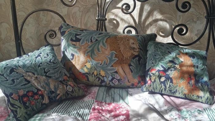 Фото. Подушки. Вышивка шерстью схемы из книг Бэт Рассел. Автор  работы - Жизнелюбивая