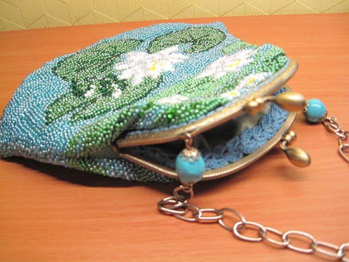 Фото. Это моя первая вышивка бисером. Нужна была сумочка для комплекта. Вот что получилось.