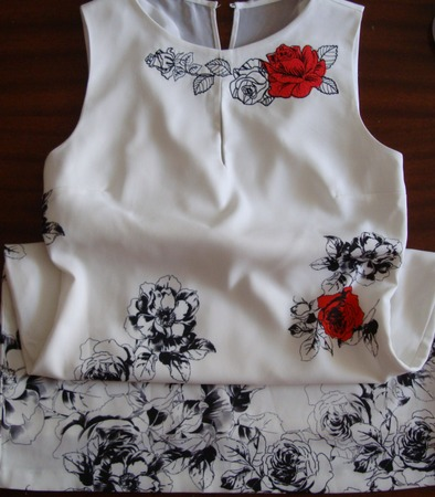 Фото. Замаскировала пятнышки у горловины на платье с принтом.  Автор работы - syringa nov