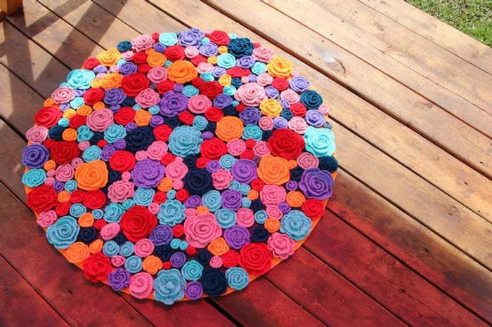 """Фото. Вязаный коврик """"Цветочная поляна"""" диаметр 106 см. Автор работы - Дочура"""