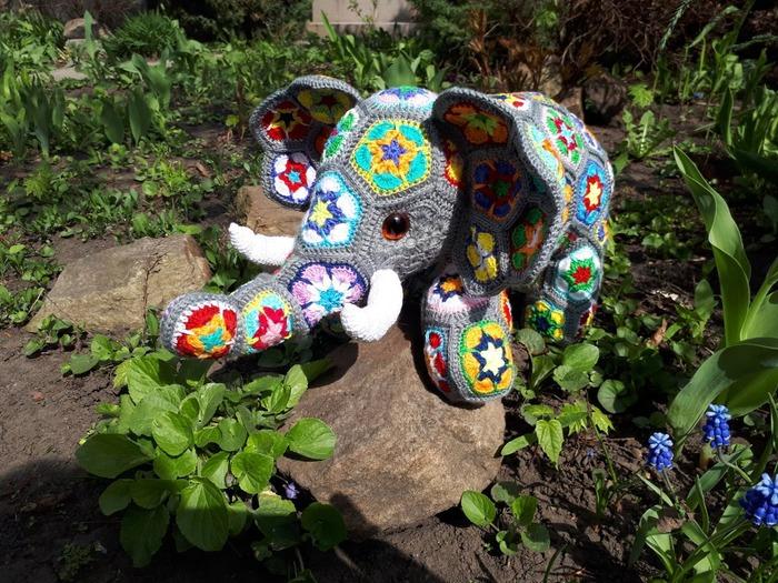 Фото. Цветочный слон. Связан по подсказкам @Corviny - слонёнок Гектор.  Автор работы - Vita3107