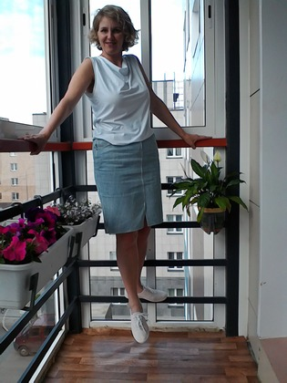 Фото. Главная героиня моего июня - джинсовая юбка. И к ней белая майка.