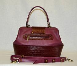 896bf021bdfa Женская сумка-саквояж среднего размера, сшита из итальянской кожи красивого  ягодно-винного цвета, отделочная кожа бордовая. Сумка имеет одно отделение  и три ...