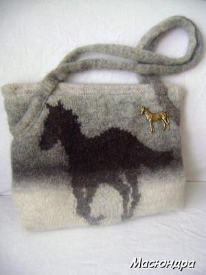 Фото. Сумочка для девочки - любительницы лошадей. Связана и сваляна из кауни.  Автор работы - Масюндра