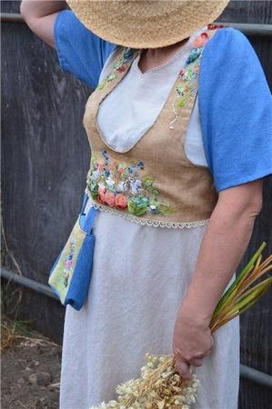 Фото. Сарафан из остатков тканей, богато украшенный вышивкой лентами.  Автор работы - kseniya