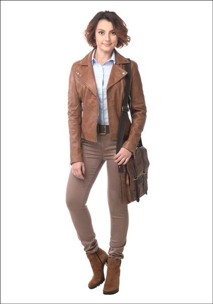 Комплект №2 . Куртка и блуза – Stradivarius. Джинсы – Befree. Ботильоны – «Эконика». Сумка – «Империя сумок»