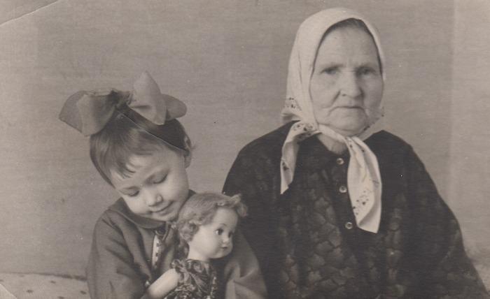 Фото. Бабушка  и я в платьях, сшитых мамой.