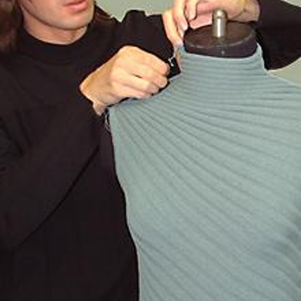 Примерка на манекене трикотажной блузки-топ с лучевидной вязкой.