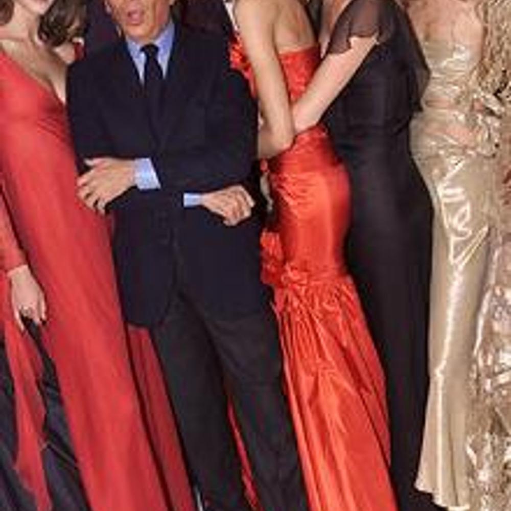 Валентино в компании моделей после показа коллекции