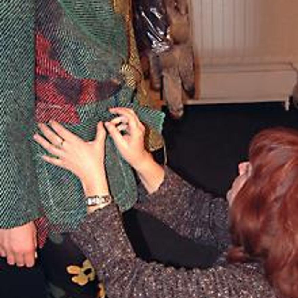 На полупальто Лидия намечает местоположение накладного кармана
