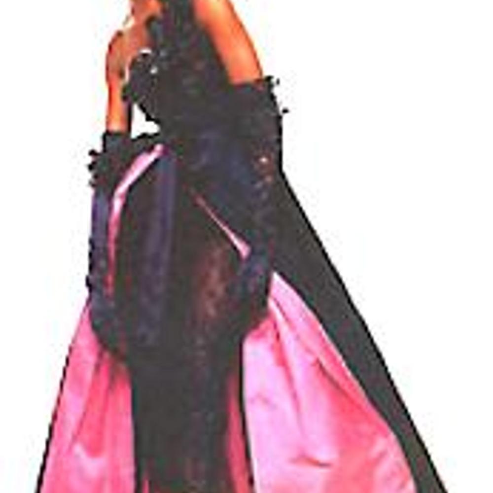 Валентино. Композиция костюма построена на контрасте цвета и форм.