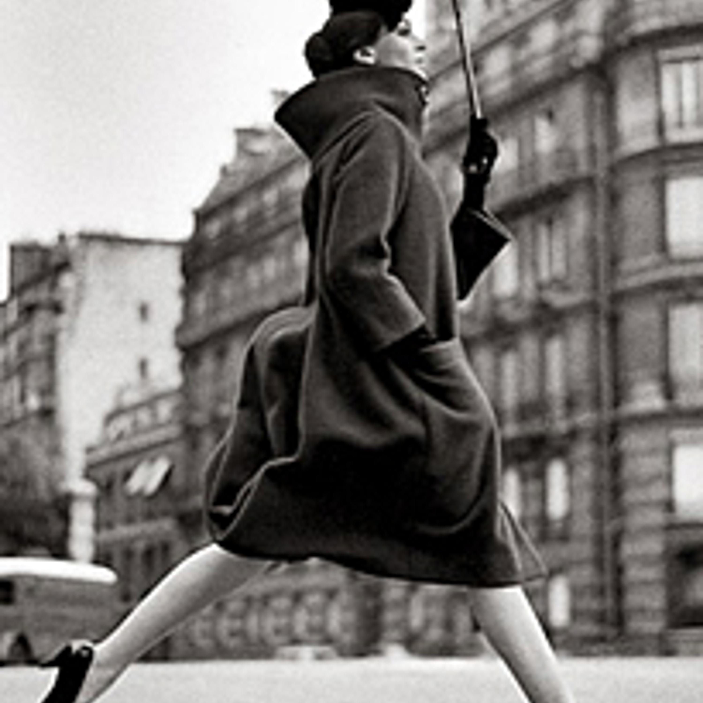 Фото 4. Первая женская коллекция. Алое пальто с драматической драпировкой. 1957 г.