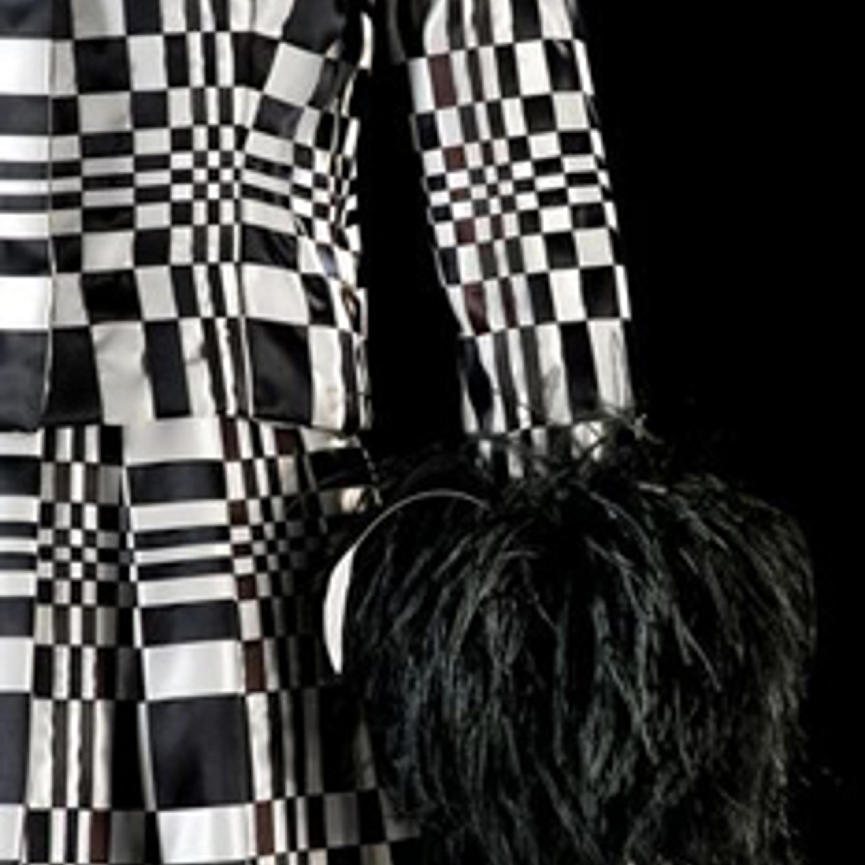 """Фото 21. Платье """"Посвящение Вазарели"""". Черные и белые атласные ленты, черные перья. 1965 г."""
