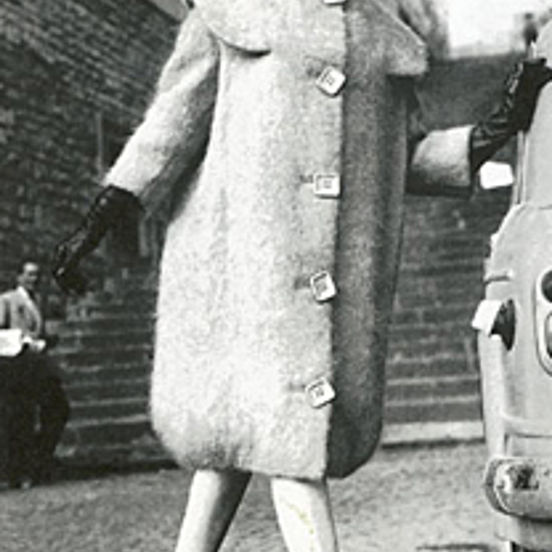Фото 22. Пальто из мохера с квадратными пуговицами. 1958 г.