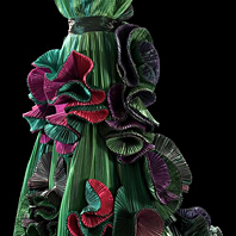 """Фото 31. Скульптурное платье """"Бугенвиллия"""". Плиссированная тафта зеленого и лилового цветов и цвета цикламена. 1989 г."""