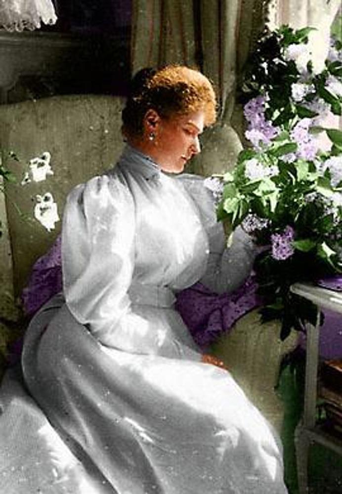 Раскрашенное фото 1900-х гг. Императрица Александра Федоровна. Закрытое платье со стойкой.