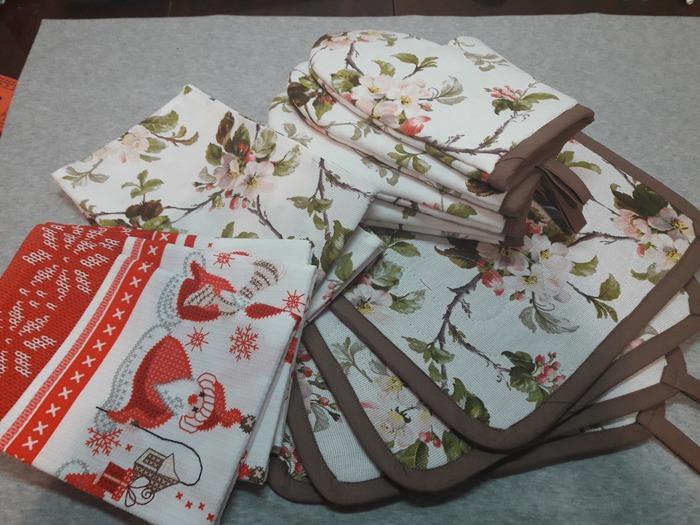 Фото. Рукодельные подарки к Новому году: 4 ланчмата, 4 рукавички - прихватки и 5 полотенчиков.
