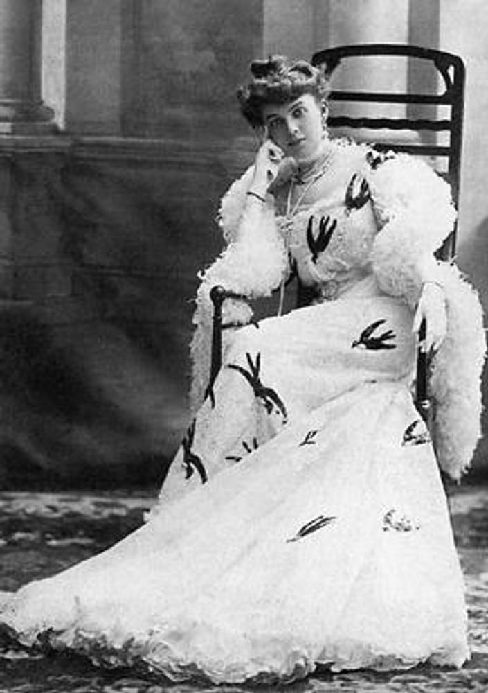 Санкт-Петербург, около 1903 г. Знаменитая певица Анастасия Вяльцева в роскошном концертном платье Дома Бризак из шелка. Платье отделано шитьем, по которому апплицированы черные ласточки; на плечах - боа из страусовых перьев.