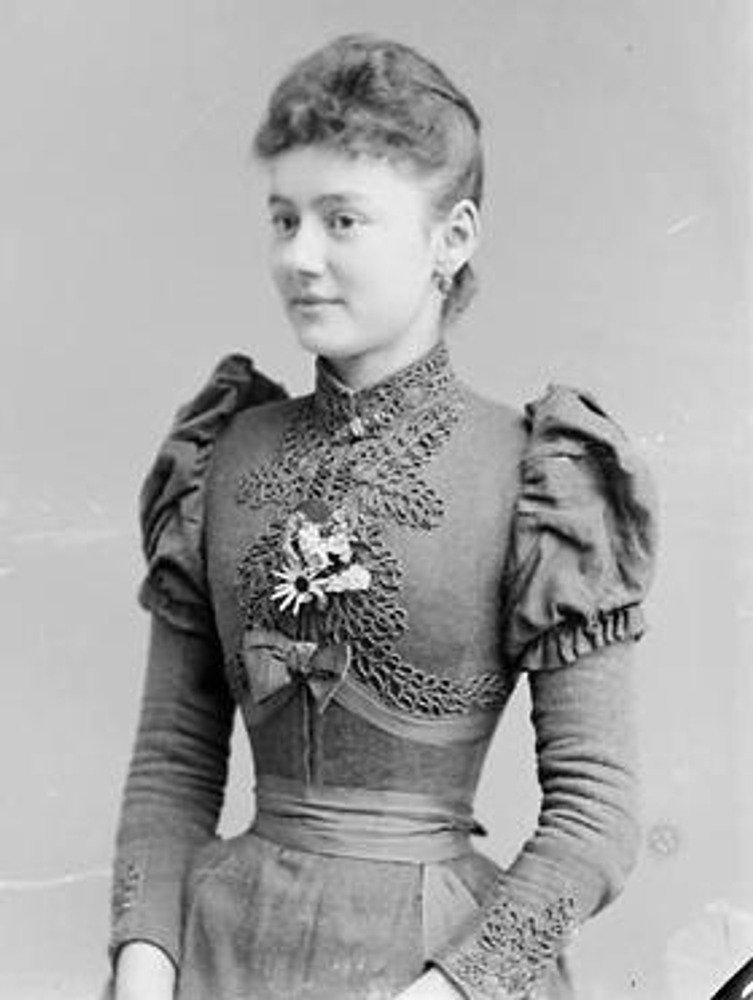 Фото 1910 год. Девушка в корсетном платье с декором в виде вышивки.