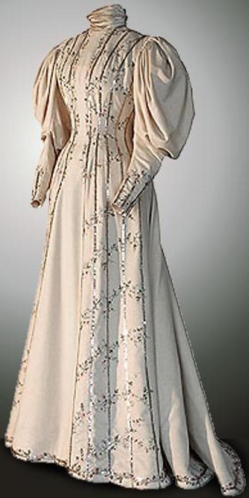 Работа Н.Ламановой. Строгое визитное платье бежевого цвета - наиболее ранняя работа Ламановой из хранящихся в Эрмитаже.