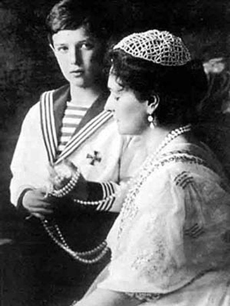Императрица Александра Федоровна и цесаревич Алексей в матросском костюме, 1910-е гг.