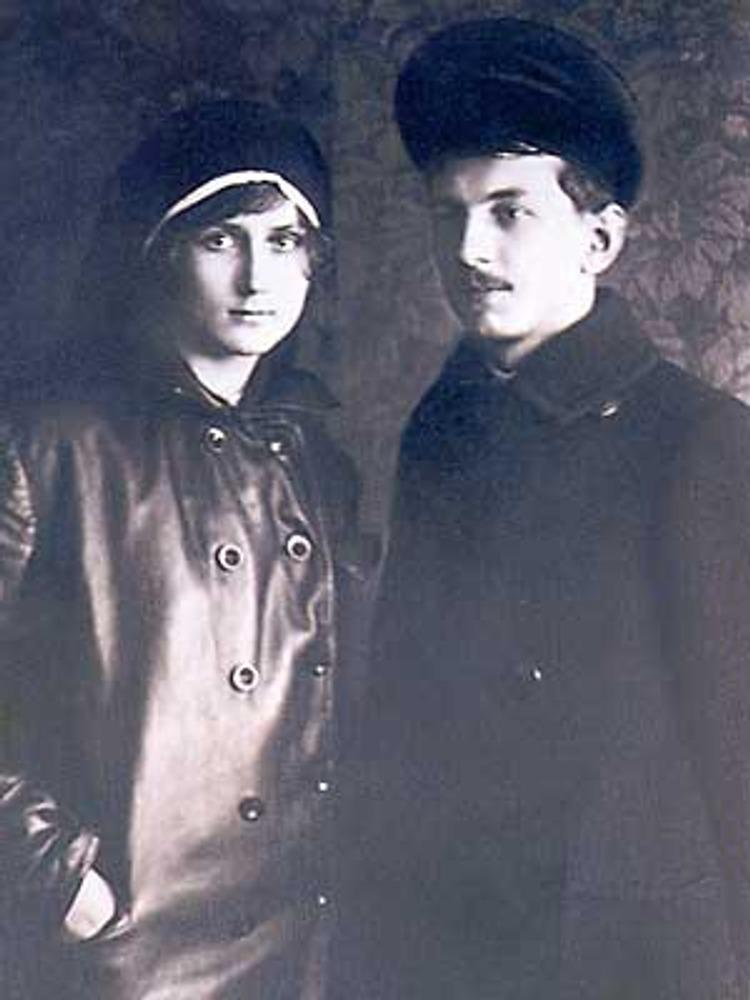 Петроград, 1918 г. Чета революционеров в верхней одежде. Супруга в черной кожанке, ее муж в двубортном шерстяном пальто и фуражке.