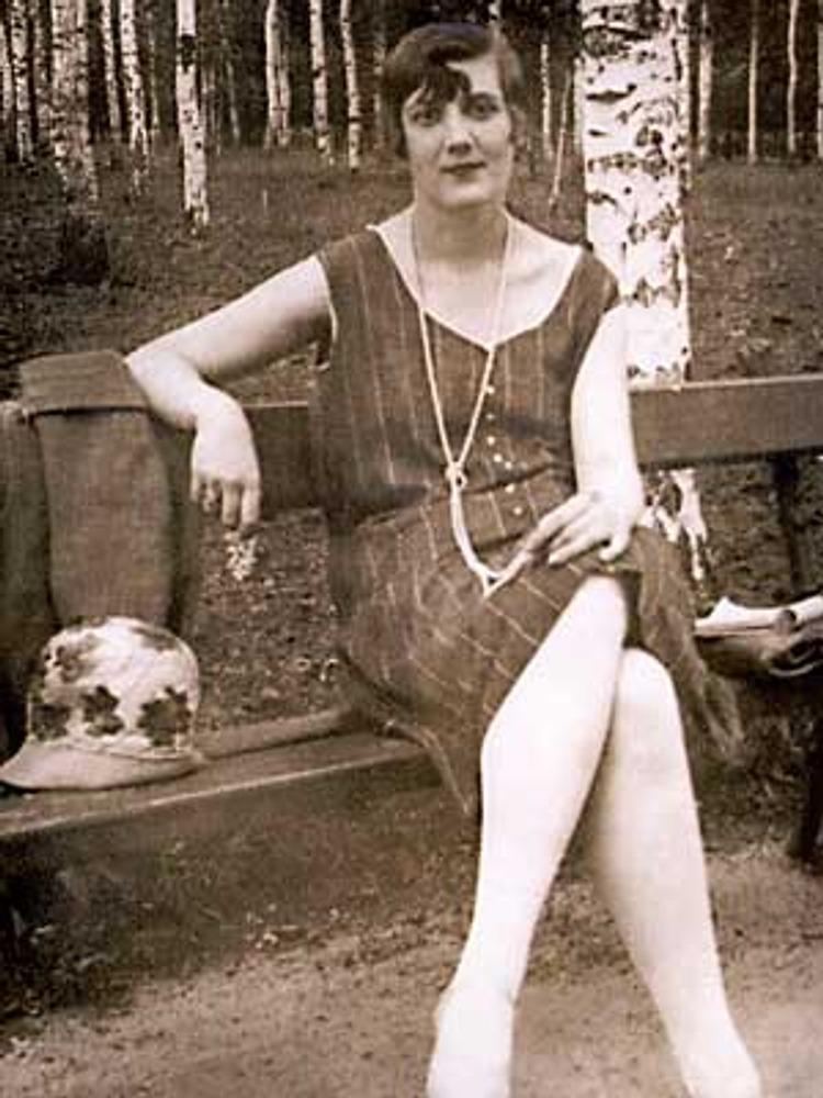 Фотография С.Кузнецова, Москва, 1927 г. Модница эпохи нэпа Галина Ростовцева в коротком летнем платье нового прямого силуэта.